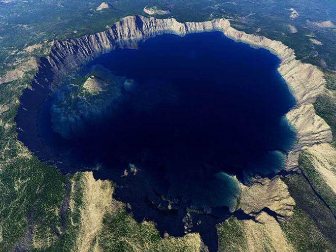 O Lago da Cratera está localizado na cratera de um extinto vulcão e se formou devido ao degelo na época da primavera. Suas águas cristalinas são consideradas uma das mais puras do mundo e possuem visibilidade de 43 metros. Medindo 1,2 mil metros de diâmetro, o lago é o mais profundo dos Estados Unidos com 592 metros de profundidade máxima.  Fotografia: Tomas Sobek.