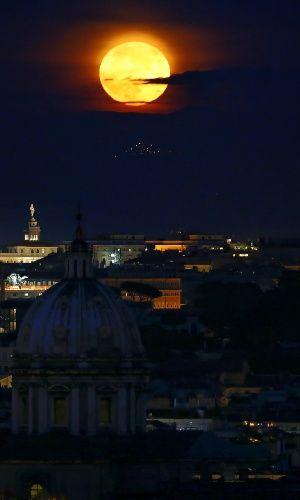 A superlua ilumina a noite de Roma. O fenômeno acontece quando a lua cheia coincide com o momento em que o satélite está mais próximo da Terra
