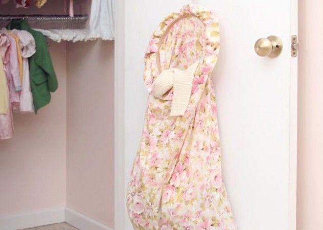 Хранение вещей в шкафу: мешок для всякой всячины Пяльцы, старая наволочка, и час свободного времени. Вот и готово универсальное хранилище. Прикрепите его на внутреннюю сторону дверцы шкафа и складывайте разные мелочи.
