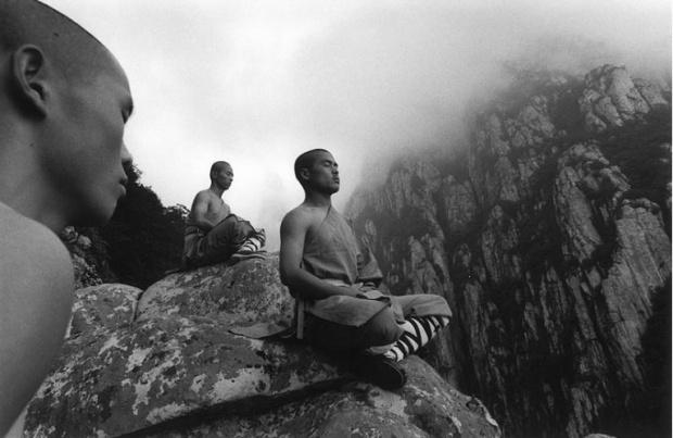 Fotógrafo Tomasz Lewandowski registra rotina de monges lutadores de templo Shaolin na China. Para os budistas, o templo Shaolin é o berço da tradição religiosa Chan, linha que busca cultivar a mente e o espírito através da meditação profunda.