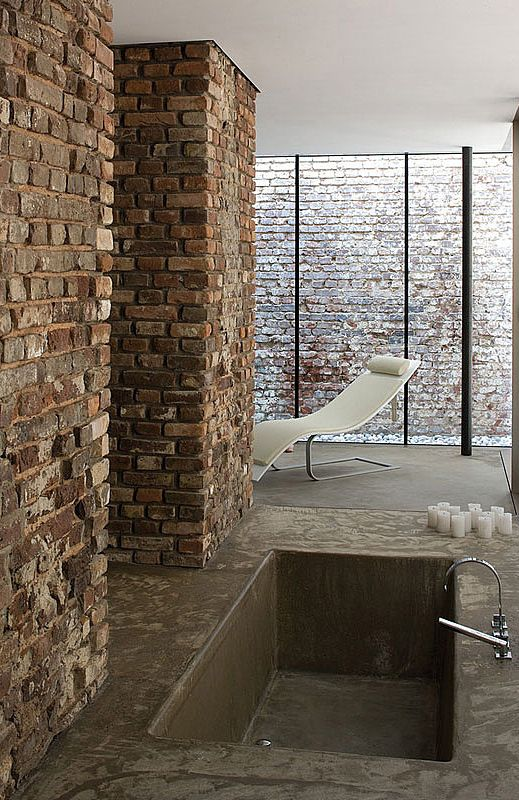 Bricks and concrete in the bathroom / Atelier d'Architecture Bruno Erpicum Partners