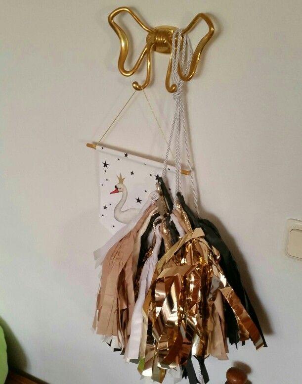 Guld tassel girlang och Dessin Designs magiska svan banner   www.lomelina.se #lomelina #barnrumsinspo #barnrum #tasselgirlang #dessindesign