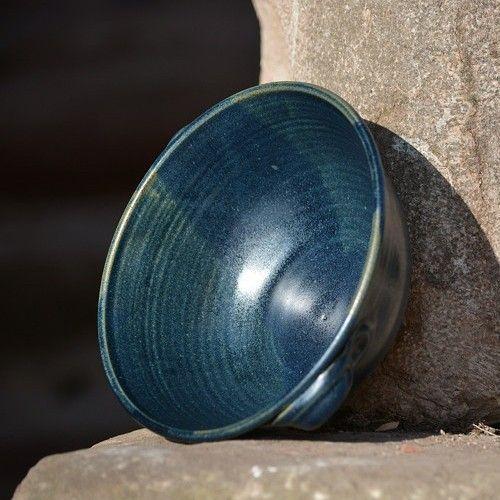 miska Ušatka 1,3l - Z hlubin Země Kameninová, ručně točená ušatý Jedlík z rodinky Z hlubin Země s univerzálním použitím - na salát, na polévku, na kuskus, na oříšky, na brambůrky, na rizoto, na zapékání, na servírování, na...  horní průměr: cca 18,5 cm výška: cca 8 cm průměr dole: cca 9,5 cm  obsah: cca 1,3 litru  Páleno 1250 °C  Vhodné do myčky i mikrovlnné trouby. Je vhodná i k zapékání.