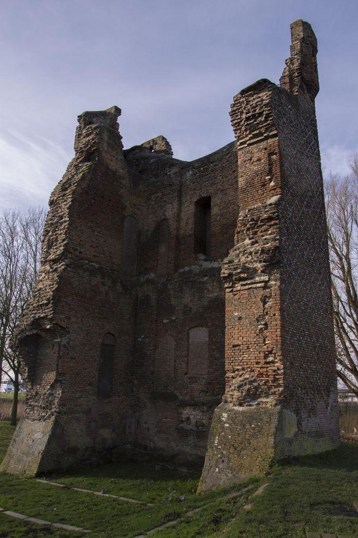 https://flic.kr/p/jqrvB1 | Huis te Merwede Oost zijde. De binnenzijde van de Donjon (woontoren) | Het restant van de Donjon. De woontoren van het Kasteel van Daniël Daniëlsz van de Merwede. Het kasteel is gebouwd in 1300. Het tweede deel is gebouwd in 1350. Tijdens het beleg van Dordrecht in 1418 door Jan van Brabant is een deel van het Kasteel geruïneerd. Tijdens de St Elisabeths-vloed van 1421 kwam het geheel in het water van de rivier de Merwede te liggen.