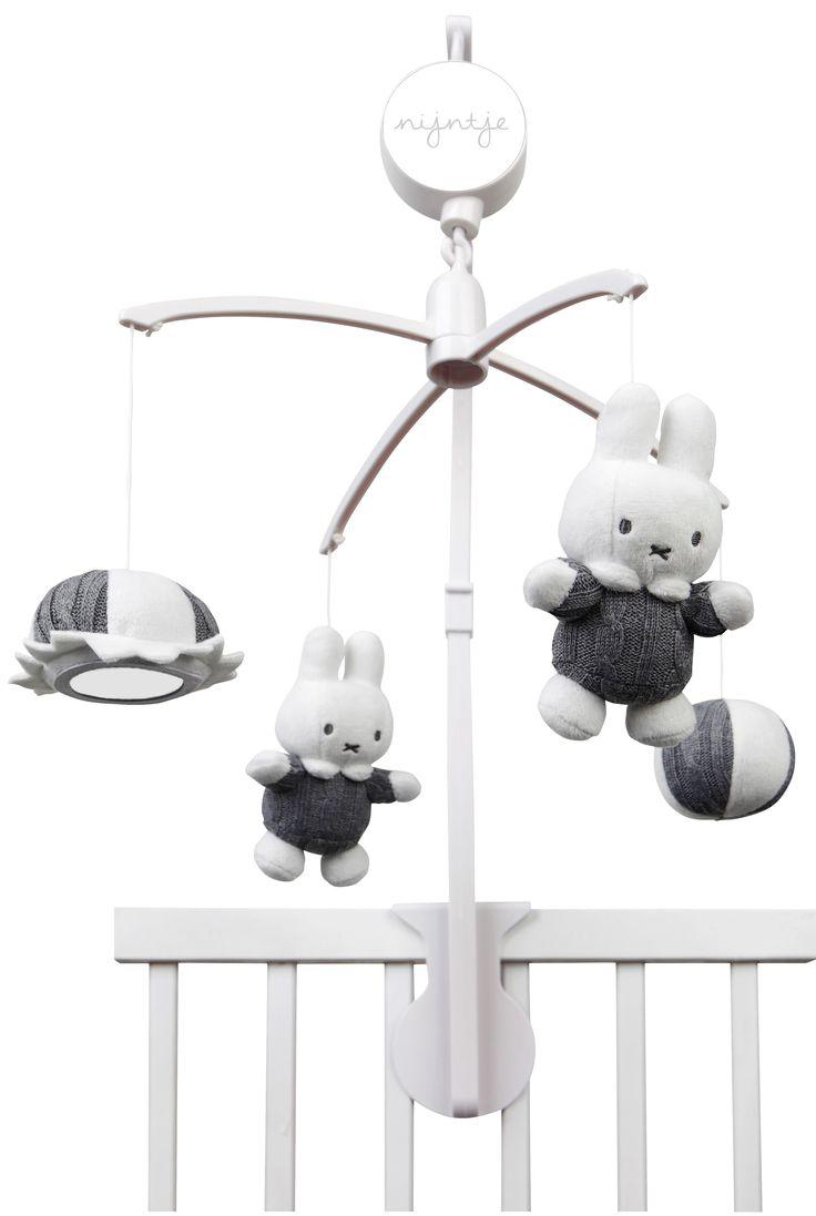 Prachtig muziekdoosje van het meest bekende konijn ter wereld: nijntje. Dit grijze, gebreide muziekdoosje stimuleert behalve het luisteren, ook het leren kijken en de handoog coordinatie. Het muziekdoosje is eenvoudig te bevestigen aan bed of box. Melodie: top of the world  Afmeting: 70x350x350 mm - Muziek mobiel Nijntje grijs gebreid