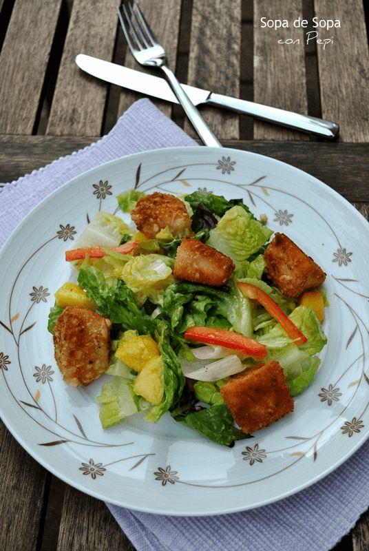 ensalada veraniega con mix de pescado crijiente
