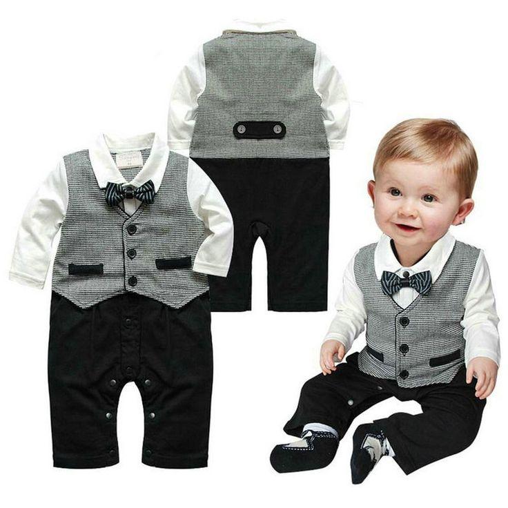 Zwart/wit katoenen one piece babypakje met grijs giletje eraan vast. Het pakje heeft drukknoopjes tussen de beentjes.   Model: Liam