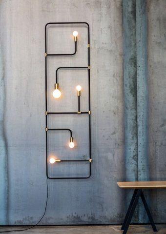 Esta luminária lembra um circuito elétrico, mas na verdade foi inspirada em tradicionais telas chinesas. Com estilo industrial, a peça pode ser luminária, lâmpada de parede e até um pendente. Da Lambert & Fils.