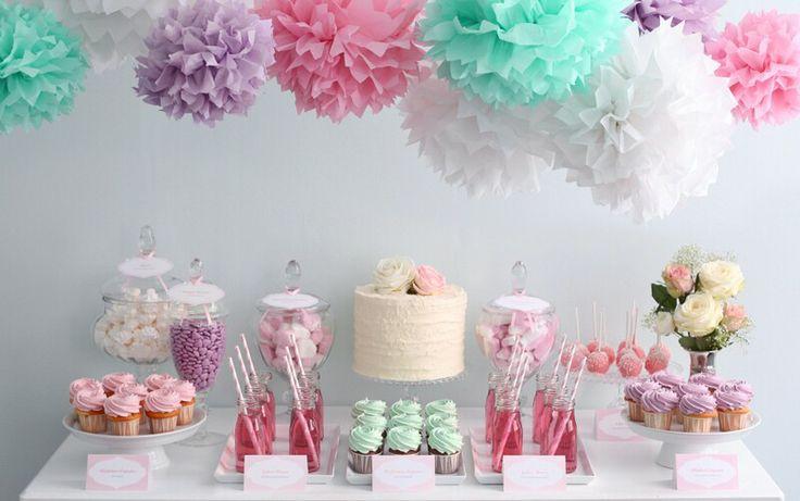 Mesa dulce para niña de tonos verde/blanco/rosa/morado.