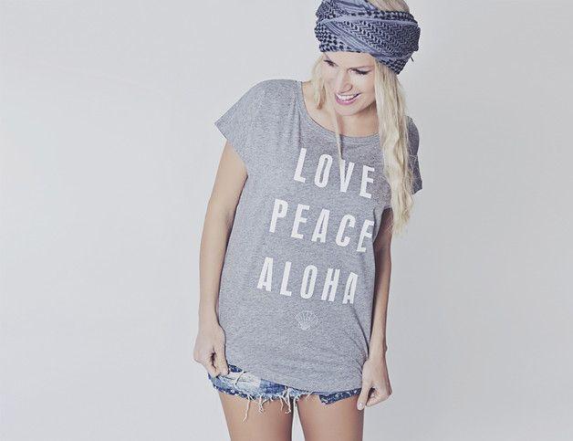 "Lässiges T-Shirt mit Spruch ""Love, Peace, Aloha"" / hippie shirt by hippie-love via DaWanda.com"