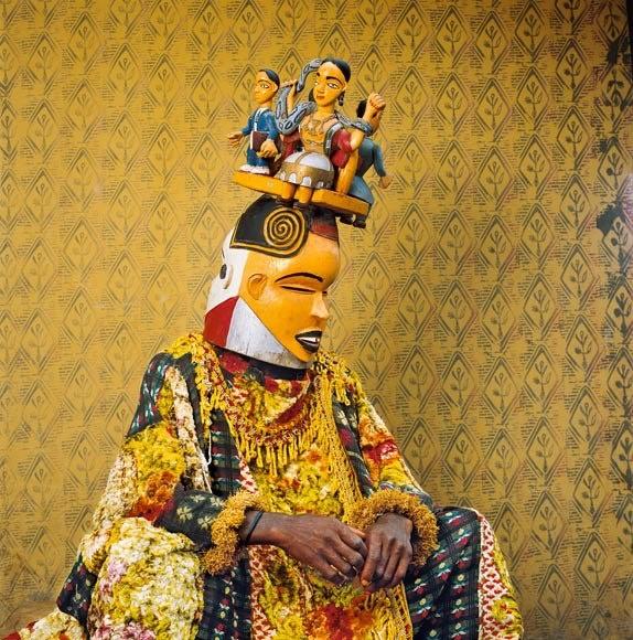 Le maschere sono un elemento fondamentale della cultura e dell'arte dei popoli africani. La foto, scattata in Nigeria, ritrae una maschera in legno dello spirito femminile Mami Wata, divinità legata a salute e ricchezza. (credits: Phyllis Galembo) http://www.facebook.com/mostrartigianato