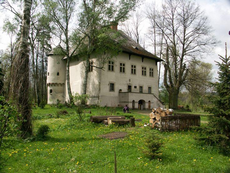 Dwór obronny w Jeżowie. Został wzniesiony przed rokiem 1525 przez Jeżowskich herbu Strzemię.   W późniejszych wiekach dwór często zmieniał właścicieli i podupadał. W XIX wieku jego piętro przerobiono na spichlerz. W roku 1897 dwór nabył Kazimierz Ramułt i po przeprowadzonym remoncie ponownie nadał mu charakter mieszkalny. Obiekt był użytkowany do roku 1945. W latach powojennych opuszczony dwór poddano renowacji i przekazano w użytkowanie Liceum Sztuk Plastycznych z Tarnowa.