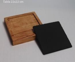 Tabla de Pizarra-Madera 22x22 cm. Tabla de Pizarra-Madera 22x22 cm. Ideal para utilizar como plato de entrantes y aperitivos. El formato más solicitado por su medida óptima para todos los usos. Pizarra apta para horno (-110º), microondas y lavavajillas. Personalizable mediante láser.