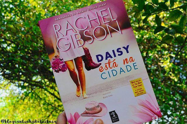 Finalmente decidi participar de um desafio mensal 😆. #BookishoctoberBR, chegou até mim e gostei muito das metas. Como hoje já é 1 de Outubro, eis o primeiro livro.▫* UM LIVRO COM A CAPA ROSA *▫O livro Daisy está na cidade, de Rachel Gibson foi lançando pela @GeracaoEditorial, e inclusive no CDL temos resenha deste romance.▫Sinopse: No passado, Jack e Daisy viveram um tórrido romance que acabou mal, muito mal. Logo depois ela foi embora da pequena cidade onde moravam e ficou quinze anos sem…