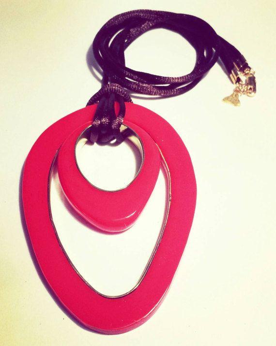 Mira este artículo en mi tienda de Etsy: https://www.etsy.com/es/listing/495622452/acrylic-and-bronze-necklace-with-pendant