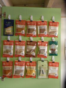Crochet en plastique et pince à papier pour accrocher les sacs d'épices aux portes d'armoire. *** Close up of my spices