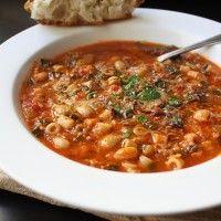 Dit recept voor vegetarische minestrone soep is gevuld met gezonde groentes met weinig vet, rustig sudderend voor een maximale smaak. Deze Minestrone soep is licht en kan gegeten worden als middageten of als maaltijdsoep. Als je een salade toevoegt bij het...