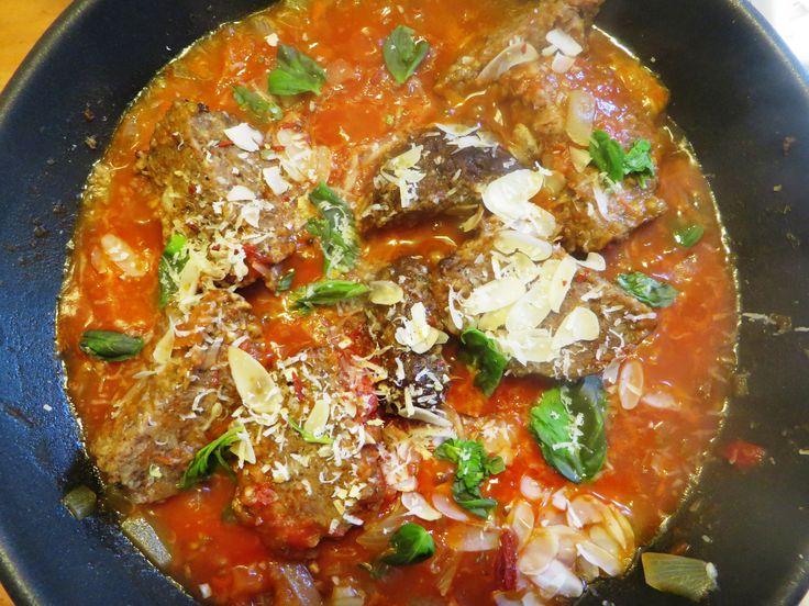 Gehakballetjes in tomaten saus! Ui en knoflook bakken, eventueel met rode peper, zodra gebakken, gehaktballetjes toevoegen met veel water erbij. Twee tomaten apart koken in heet water, tot dat ze zacht worden. Beetje ketjap er bij. Als tomaten zacht zijn, velletje er af en toevoegen. Klein beetje tomaten puree. Afmaken met bruschetta en provinciale kruiden of andere kruiden die je hebt Als het klaar is verse basilicum, Parmezaanse kaas en amandel nootjes toevoegen!