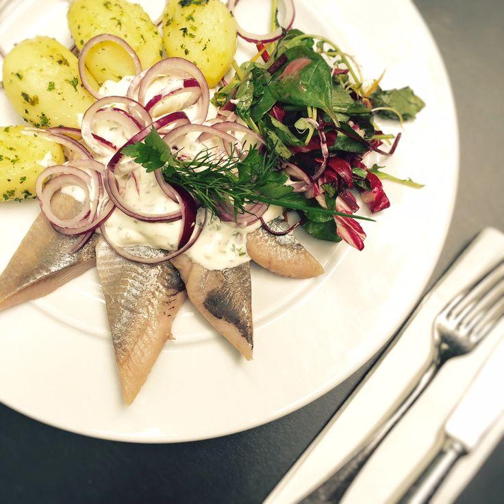 Unser Sommer-Special für Sie im Restaurant Alt Weimar. Marinierter Hering nach Hausfrauen Art mit Salzkartoffeln und frischem Salat.  www.alt-weimar.de