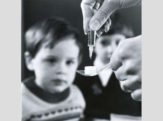 1957. Otra vacuna contra la poliomielitis, en este caso administrada por vía oral a los niños en un terrón de azúcar. La desarrolló el virólogo polaco nacionalizado norteamericano, Albert Sabin (1906-1993).