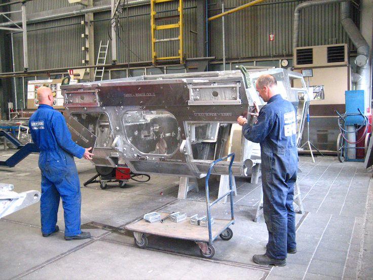 Productie aluminium rompen militair verkenningsvoertuig Fennek bij Bayards | by Reinold Metaalbewerking