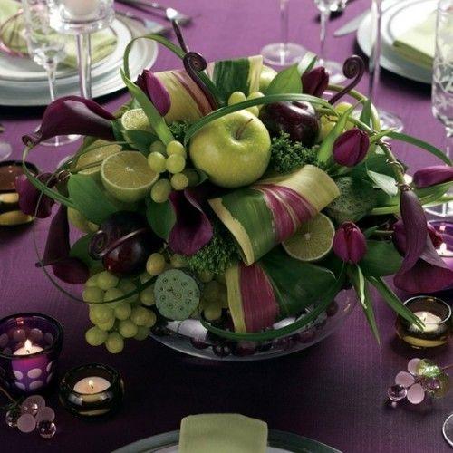 Si vous aimez les couleurs chaudes et rassurantes ce bouquet de table est fait pour vous. Le mélange du prune et du vert pomme apporte beaucoup de caractère à la table. De même que le mélange des fruit de saison.