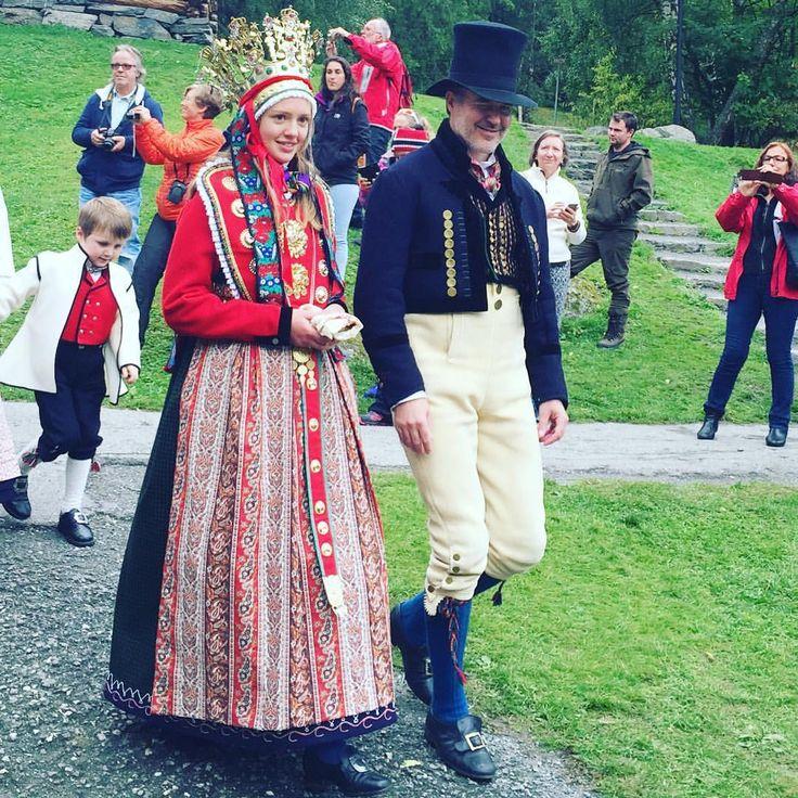 Tradisjonelt bryllup på Borgund. Vang og Lærdal møtes. #bryllup #wedding #bunad #sogn #kongevegen #l - sanden_pensjonat