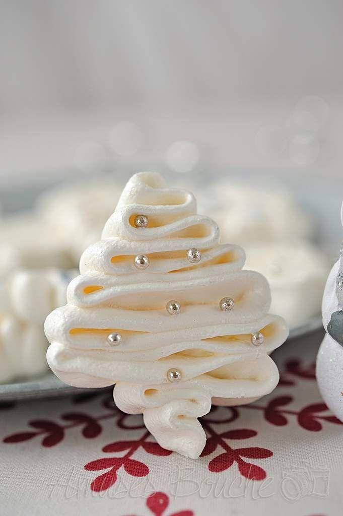 On est à 1 mois des fêtes de fin d'année, déjà!!!!!!!!!! Il est temps de commencer à réfléchir au menu, dessert, cadeaux gourmands. Je suis tombée sur une très jolie photo de meringue en forme de sapin très originale sur Pinterest et je suis arrivée ICI....