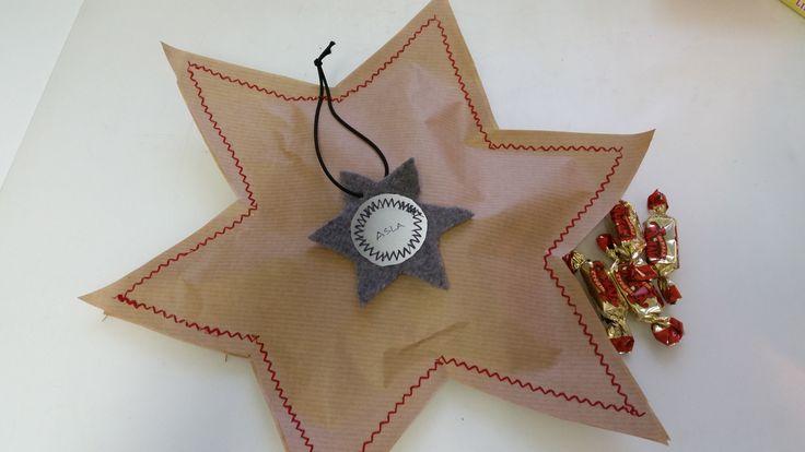 Joululahjaksi karkkia pakkauspaperin sisälle. Itsetehty heijastin pakettikorttina.