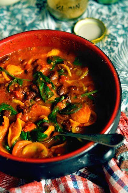 Makaron w orientalnym sosie pomidorowo-dyniowym z fasolą i szpinakiem