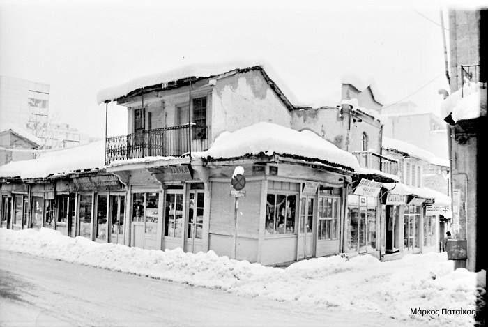 Φωτογραφίες από την χιονισμένη για τα καλά Κοζάνη, πριν από 32 χρόνια ακριβώς! Οι παρακάτω φωτογραφίες είναι του κ. Μάρκου Πατσίκα και τις εντοπίσαμε στην ομάδα του Fb: Κοζάνη – Μνήμες, αναμνήσεις & εικόνες. Περιοχή Γιτιά: Οδός Κωστή Παλαμά:  Οδός Βενιζέλου με Ερμού: Οδός Βενιζέλου: Ν.Α. για το KOZANILIFE.GR