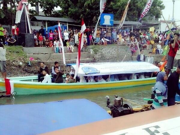 Saat perayaan Nyadran kemarin, ada yang menarik, sekitar 50 an pelajar SMAN 2 Sidoarjo sibuk mewawancarai pengunjung