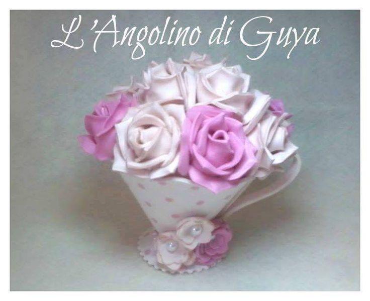 Tazza in fommy foderata con stoffa e rose in fommy.