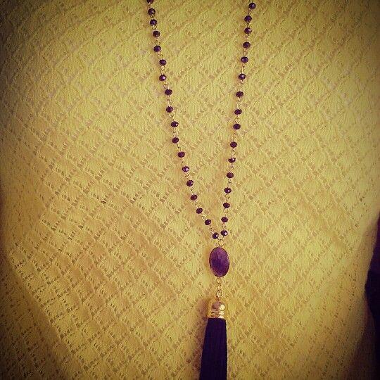 Rozario.... σε μωβ χρώμα με ημιπολύτιμη πέτρα και μαυρη φούντα!