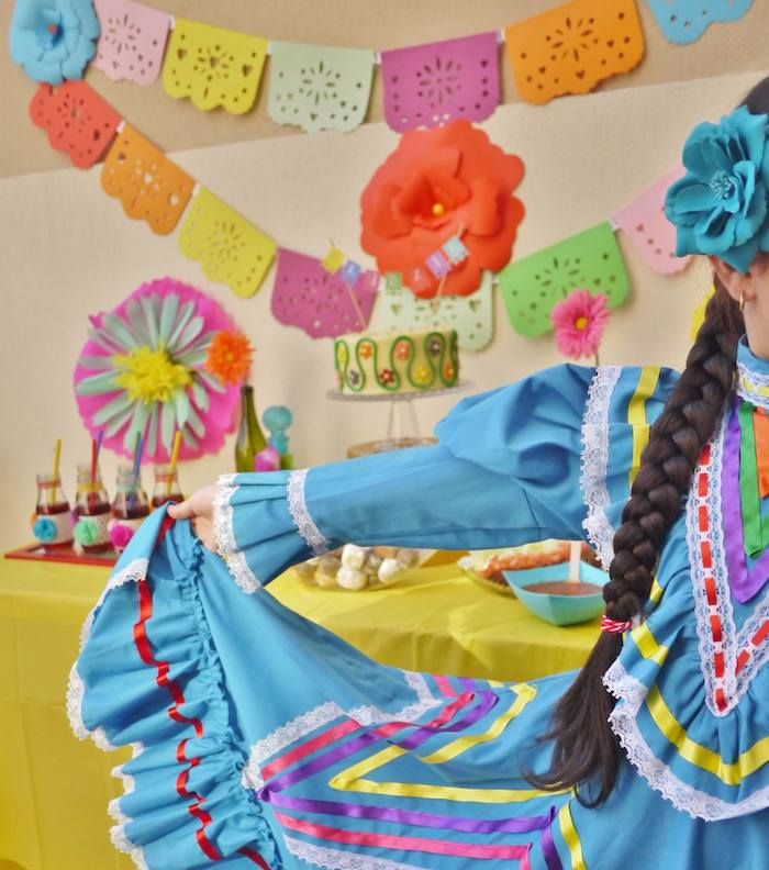 Colorful Fiesta {Mexican themed birthday party} Full of Fun Ideas via Kara's Party Ideas Kara's Party Ideas   Cake, decor, cupcakes, games and more! KarasPartyIdeas.com #fiesta #fiestaparty #mexicanfiesta #colorfulfiesta #partyideas #partydecor (6)