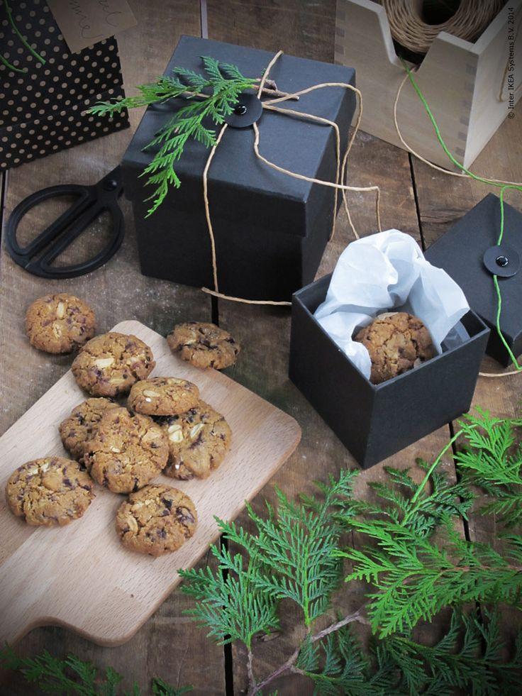 En liten svart gå-bort-gåva fylld av kakor är ren och inboxad kärlek! FRAMSTÄLLA ask i set om tre storlekar. PROPPMÄTT skärbräda.