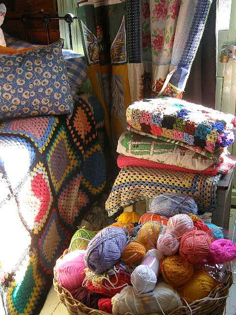 cortina en patchwork y manta crochet.