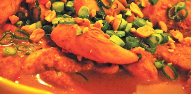 In swedish.. Ingredienser till marinaden 1 msk neutral olja 1 msk soja 1 msk riven ingefära 1 vitlöksklyfta 1 lime, skal och saft Ingredienser till sataysåsen 1 burk kokosmjölk 1 finhackad röd chili 1 dl jordnötssmör 1 lime, saft 1 tsk soja 1 msk sukrin gold 2 tsk fisksås   Read more http://www.lchf-recept.se/kyckling-med-jordnotsas-a-lchf/