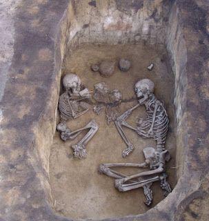 στην Σιβηρία βρέθηκαν παράξενοι τάφοι από την εποχή του χαλκού τους έθαψαν αγκαλιά! φώτο,