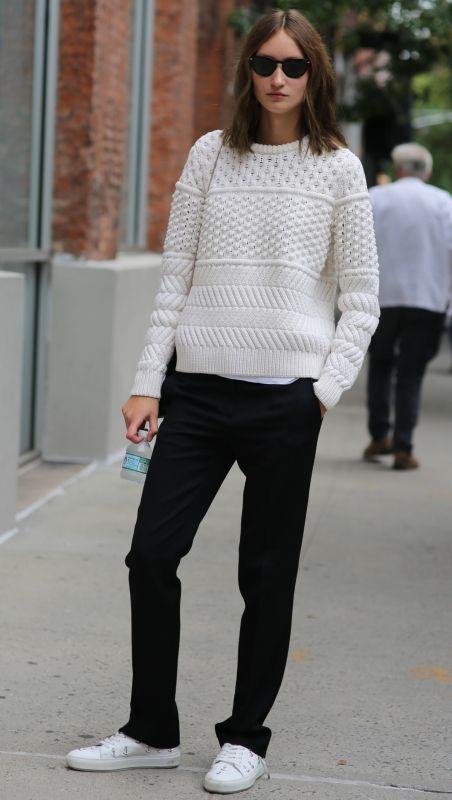 PHOTO : MODELSJAM.COM チャンキーな白ニットはマニッシュな黒パンツと「アクネ」の白スニーカーでモノクロモードに。