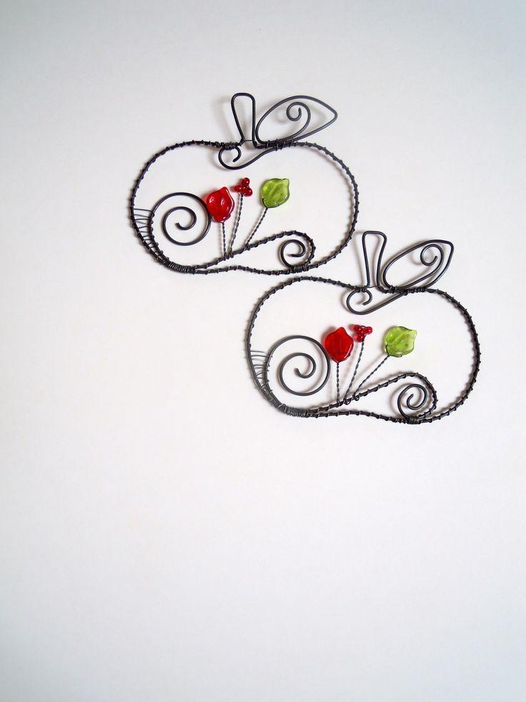 Jablíčko na větvičku Drátovaná dekorace z černého vázacího drátu dozdobená skleněnými korálky a lístečky. Jablíčko můžete zavěsit na větvičku, záclonu, zeď nebo jen tak položit na mísu s jablíčky či dýněmi....... Velikost:7 cm x 9 cm Cena za 1 kus