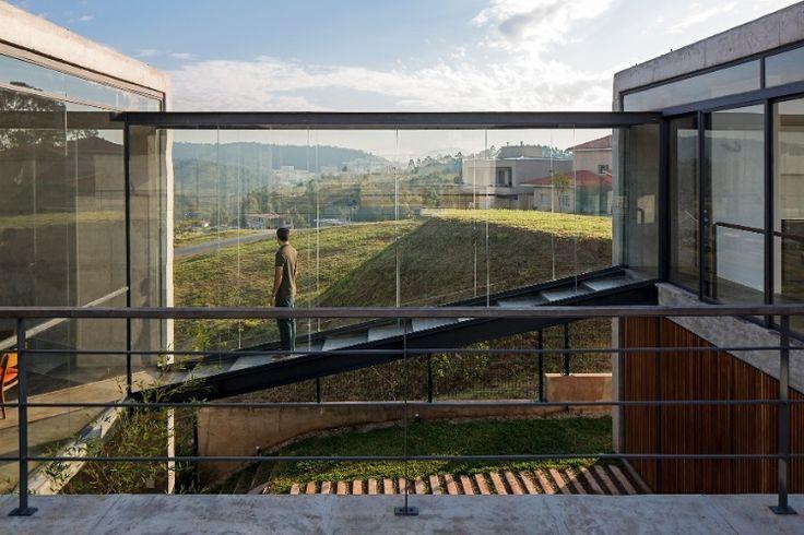 Casa em diversos níveis aproveita terreno íngreme para acomodar piscina - BOL Fotos - BOL Fotos