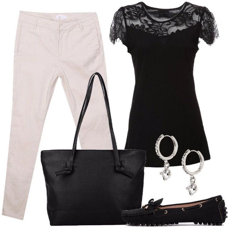 L'outfit è composto da una T-shirt con scollo tondo, un paio di pantaloni beige, una borsa a tracolla nera in fintapelle, un paio di mocassini e da un paio di orecchini.
