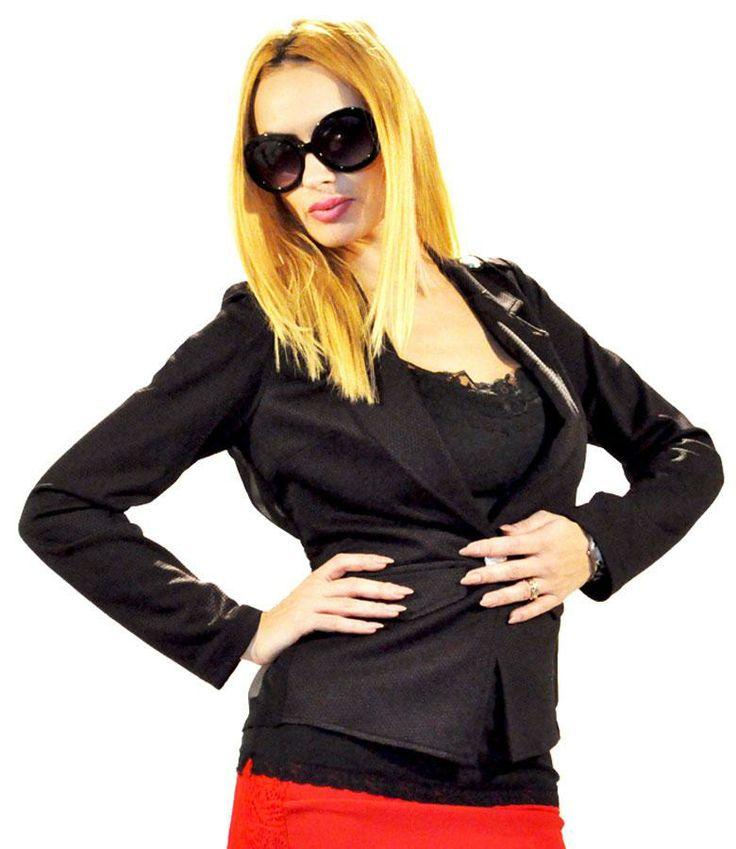 Sacou Dama Cute Black  -Sacou dama elegant  -Model cambrat ce cade usor pe corp si scoate in evidenta talia  -Se inchide intr-un nasture, la spate este din dantela ceea ce va va scoate din anonimat  -Detaliu cu elastic in talie la spate     Lungime fata: 56cm  Lungime spate: 54cm  Compozitie: 70%Bumbac, 30%Poliester