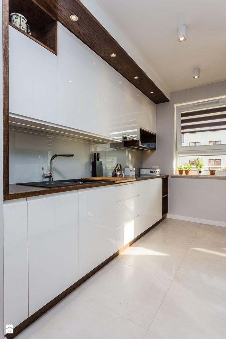 Biała kuchnia z drewnem - zdjęcie od ZAWICKA-ID Projektowanie wnętrz