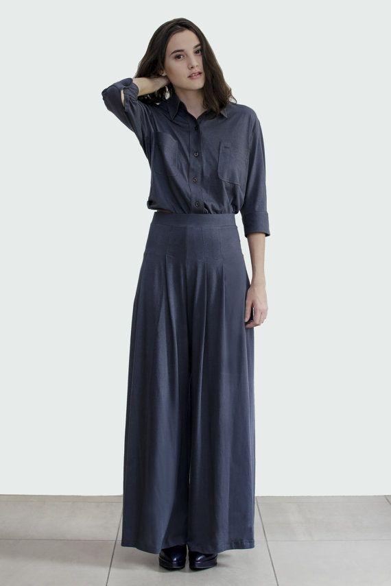 Vriendje stijl shirt met Classic hals en brede front placket met knoppen met helemaal naar beneden. Deze Oversized katoenen shirt heeft een knop sluiting aan de hals, twee borst zakken. Ontspannen fit.  * Productietijd is 2 weken, met uitzondering van de transporttijd.  ▶Color: zwart, grijs  ▶Material: 100% katoen  ▶Sizing: XS/S, M/L  XS/S Bust: past maximaal 38 Mouw: 35cm Lengte: 48cm  M/L Bust: past maximaal 40 Mouw: 35cm Lengte: 50cm  Model draagt maat XS/S: Model ...