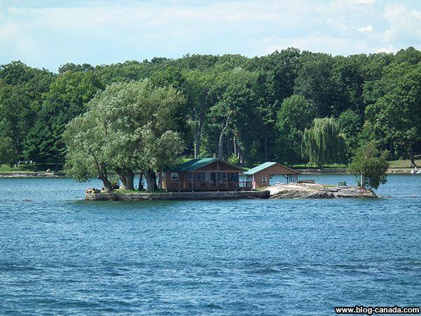 Maison et arbre dans les Milles-Îles à #Gananoque près de #Kingston ( #Ontario, #Canada) #1000islands #cruise #thousandislands