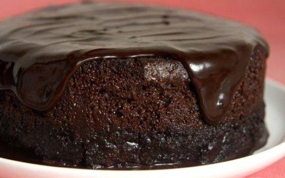 Ingredientes 3 ovos 2 xícaras (chá) de farinha de trigo (220g) 3 colheres (sopa) de manteiga (60g) ½ xícara (chá) de chocolate em pó (50g) 1 xícara (chá) de açúcar (160g) 1 col...