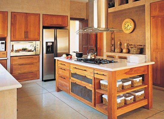 En la cocina conviven paredes estucadas con cemento (Adobe), muebles de madera de cedro, mesadas Corian y artefactos de acero inoxidable