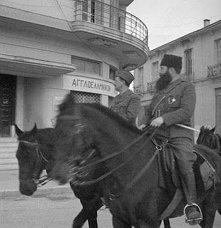 Ο στρατηγός Στέφανος Σαράφης και ο πρωτοκαπετάνιος Άρης Βελουχιώτης μπαίνουν στα Γιάννενα 28 Δεκέμβρη του 1944